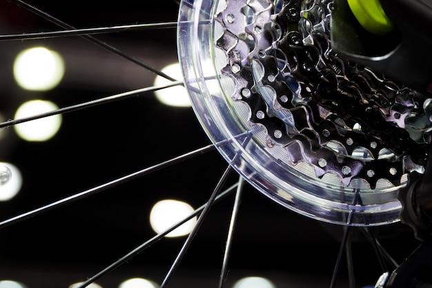 Fim da engrenagem da roda traseira da bicicleta acima.