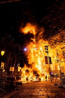 Fim das festividades valencianas de fallas, faller monumento consumido no fogo em chamas altas.