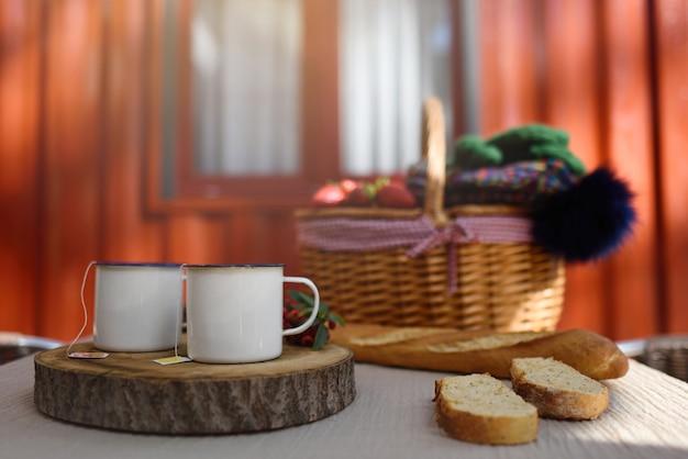 Fim de semana de inverno com xícaras de chá para dois em bangalô