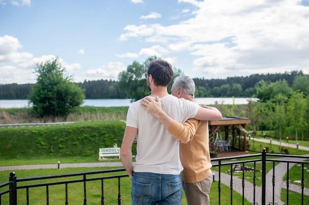 Fim de semana juntos. pai e filho passando o fim de semana no campo e parecendo felizes