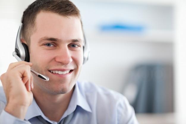 Fim do agente de call center ajudando o cliente