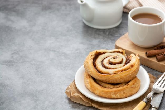 Fim do bolo do rolo de canela acima. pastelaria de redemoinho de canela no café da manhã com espaço de cópia.