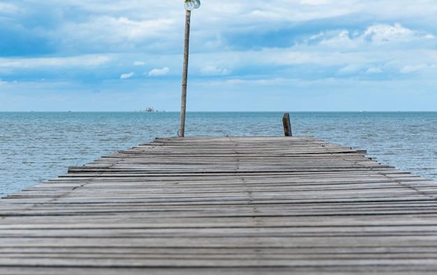 Fim do caminho de madeira do mar e céu azul