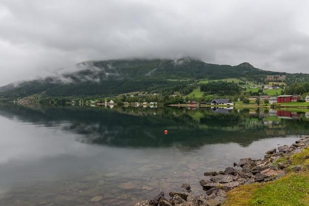 Fim do fiorde. bela paisagem norueguesa. vista dos fiordes. reflexão ideal do fiorde da noruega em águas claras em tempo nublado