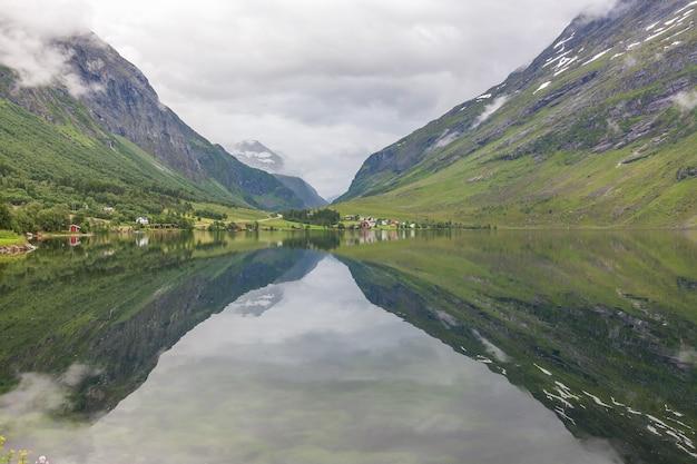 Fim do fiorde. bela paisagem norueguesa. vista dos fiordes. reflexão ideal do fiorde da noruega em águas claras