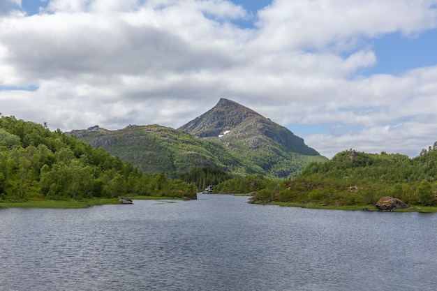 Fim do fiorde. bela paisagem norueguesa. vista dos fiordes