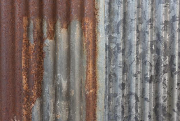 Fim oxidado da superfície da telha do zinco acima da imagem.