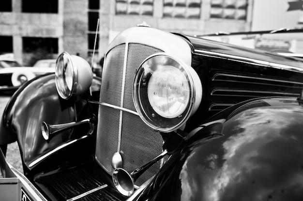Fim velho do farol do carro do vintage acima. foto em preto e branco