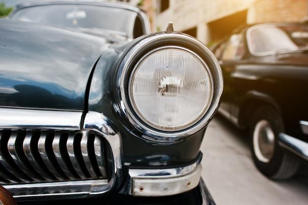 Fim velho do farol do carro do vintage acima.