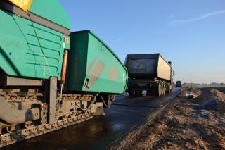 Finalizador de asfalto e caminhão