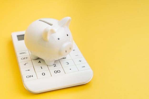 Finanças, contabilidade, poupança e investimento ou cálculo de impostos e conceito bancário