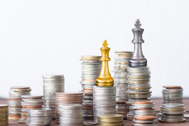 Finanças e conceito de investimento de sucesso, empilhados de moeda rei ouro e prata xadrez