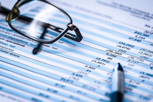 Finanças empresariais, contabilidade, estatísticas e conceito de pesquisa analítica