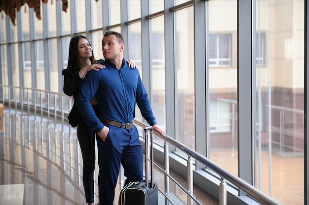 Finanças empresariais equipe jovens membros atraentes no aeroporto.