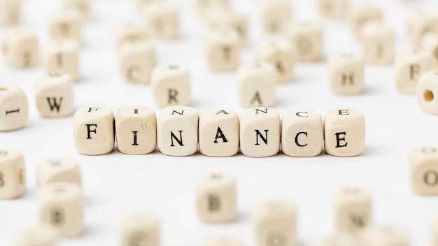 Finanças escritas em letras scrabble