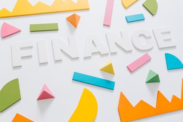 Finanças palavra com gráfico colorido e forma geométrica em fundo branco