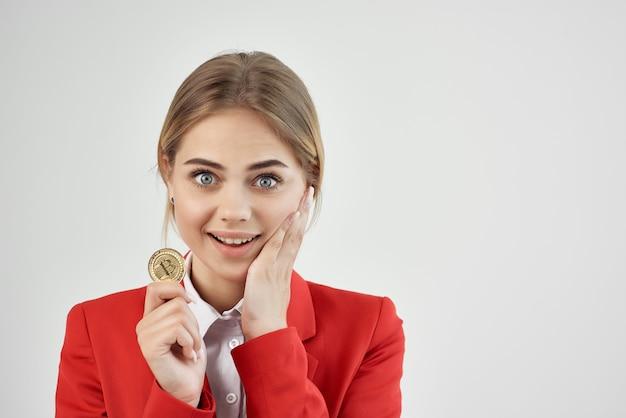 Financiador em uma jaqueta vermelha com fundo de bitcoin de moeda de ouro