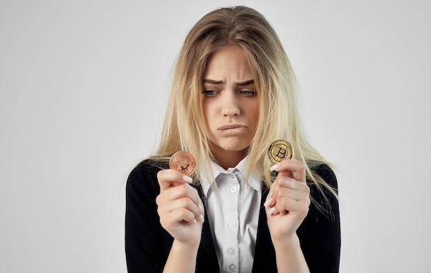 Financista de mulher com bitcoins em criptomoeda calculadora de mãos.