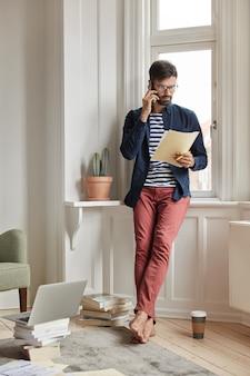 Financista ocupado posando em apartamento aconchegante