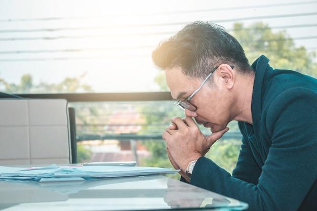 Financista trabalhador sentado no desktop na estação de trabalho