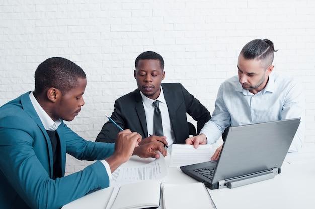 Finansistas trabalhando com documentos