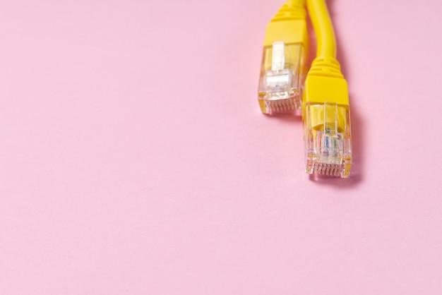 Fio amarelo da internet em fundo rosa