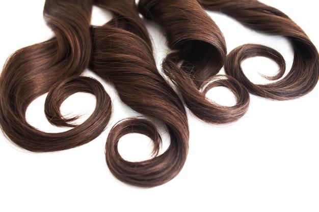 Fio de cabelo morena isolado no branco, luxuoso cabelo castanho no espaço branco, livre para texto