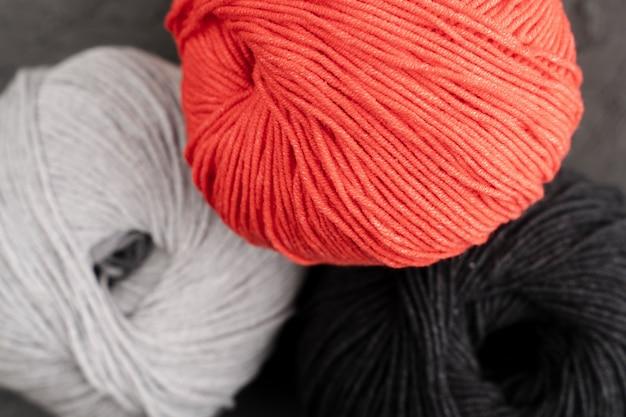 Fio de lã branco, vermelho e preto