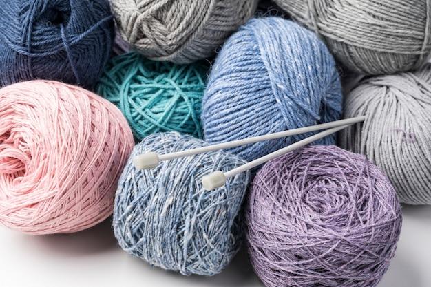 Fio de lã colorido com agulhas de plástico