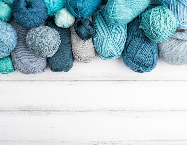 Fio de lã colorido com espaço de cópia