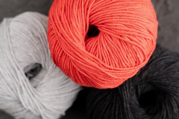 Fio de lã vermelho, branco e preto