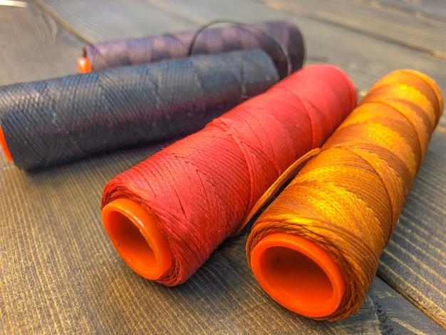 Fio de nylon para costura. um item essencial de um alfaiate.