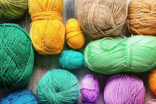 Fio de tricô colorido na mesa, vista superior