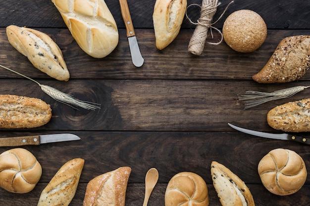 Fio e facas perto de pão