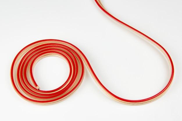 Fio elétrico vermelho e branco enrolado em um rolo.