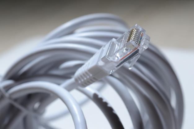 Fio lan trançado com conector rj 45. close-up.