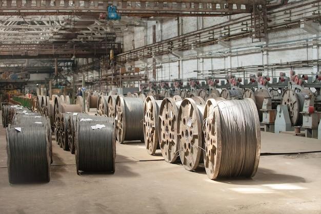 Fio-máquina, vergalhão, malha em armazéns. armazém de produção na fábrica de cabos.