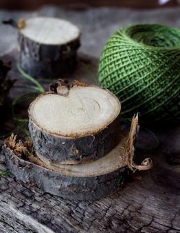 Fio verde em lenha de madeira