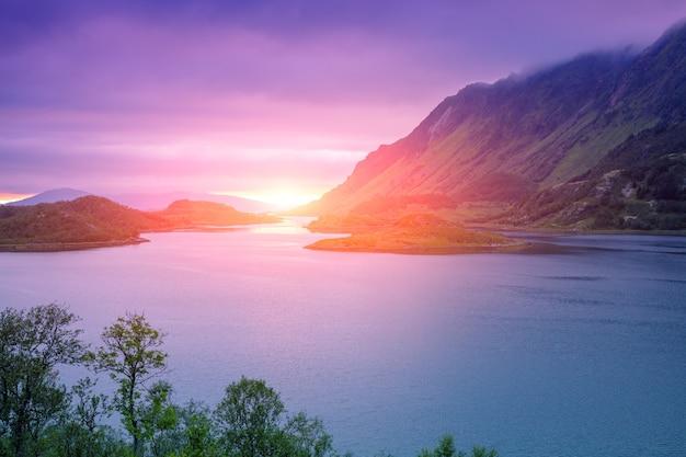 Fiorde ao pôr do sol. litoral rochoso à noite. bela natureza da noruega. ilhas lofoten