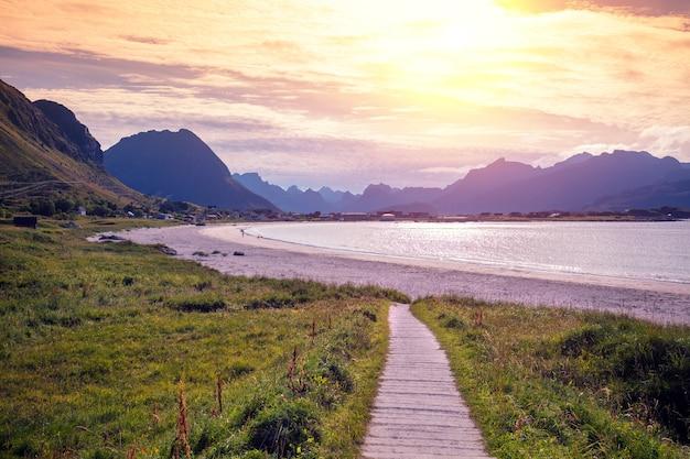 Fiorde ao pôr do sol praia rochosa à noite bela natureza do norte da noruega