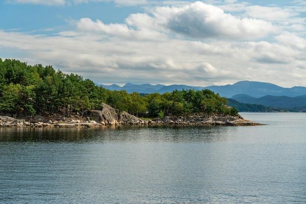 Fiorde com árvores verdes, vista da paisagem do mar do fiorde de lyse, noruega