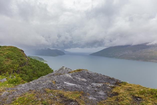 Fiorde de paisagem de verão norueguês, montanhas, noruega