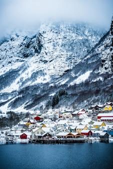 Fiordes noruegueses no inverno