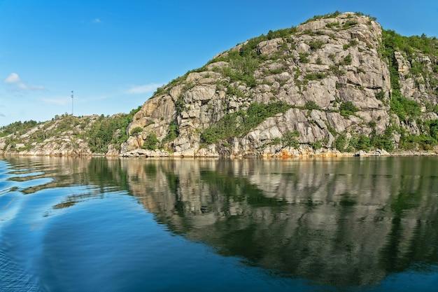 Fiordes noruegueses, paisagem montanhosa do mar do fiorde de lyse