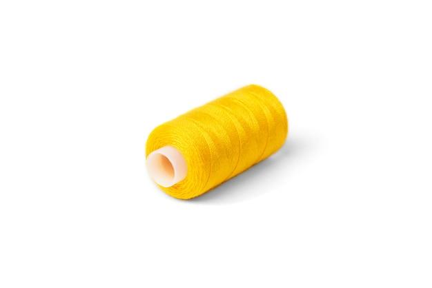 Fios amarelos sobre fundo branco.