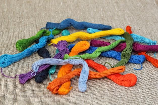 Fios artesanais de algodão colorido