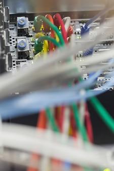 Fios conectados em um servidor