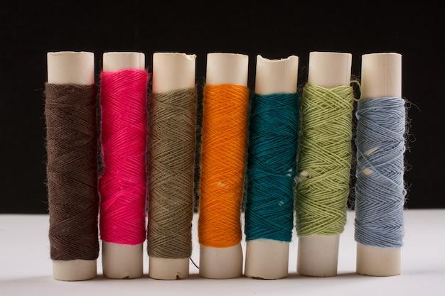 Fios de algodão coloridos em rolos para costura. carretéis de linha usados na indústria de tecidos e têxteis