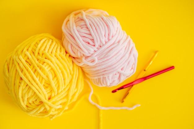 Fios de cor para tricô, agulhas de tricô e ganchos de crochê.