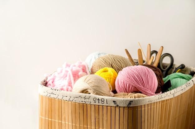 Fios de cor para tricô, agulhas de tricô e ganchos de crochê